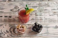 Кровавая Мэри коктейля, делая коктейль стоковое изображение