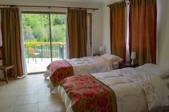 Кровати в гостиничном номере стоковые изображения