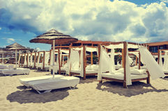 Кровати и sunloungers в пляжном клубе в Ibiza, Испании Стоковое Фото