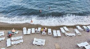 Кровати Солнця на пляже стоковое фото