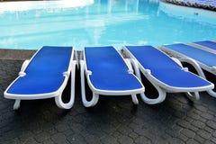 Кровати Солнця бассейном Стоковые Фото