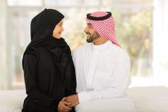 Кровать арабских пар сидя Стоковое фото RF