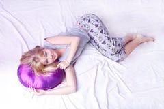 кровать белокурая ее детеныши женщины спать Стоковая Фотография