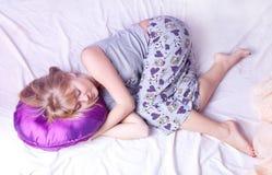 кровать белокурая ее детеныши женщины спать Стоковые Фото