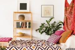 Кровать в восточной спальне стоковые изображения