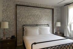 Кровать в гостиничном номере дела Стоковое фото RF