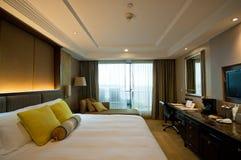 Кровать в гостиничном номере Стоковая Фотография RF