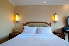 Кровать в гостиничном номере Стоковое Изображение