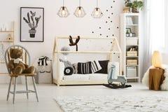 Кровать в комнате Стоковые Фото