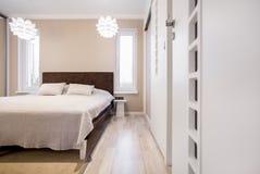 Кровать в пастельной комнате стоковые изображения rf
