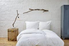 Кровать в просторной квартире Стоковое Изображение RF