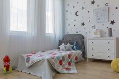 Кровать в спальне космоса тематической стоковые изображения