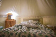 Кровать в шатре и мебели холста стоковая фотография rf