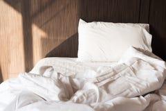кровать грязная Белые подушка и одеяло Стоковые Изображения