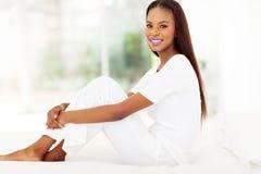 Кровать женщины Афро американская стоковые изображения rf