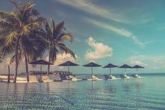 Кровать и бассейн Солнця в роскошном курорте Стоковая Фотография RF