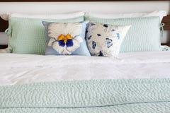 Кровать и подушки с соответствуя крышками стоковая фотография