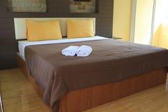 Кровать и подушки с теплым заревом стоковое изображение rf
