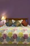 Кровать и подушки фиолетовой спальни Стоковое Фото