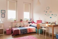Кровать и стол Стоковое Изображение RF