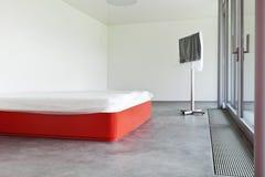 Кровать и tv стоковая фотография rf