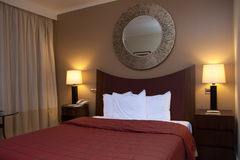 кровать Корол-size с прикроватными столиками Стоковое Фото