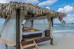 Кровать массажа на красивом пляже с белым песком на тропическом карибском острове стоковые изображения rf