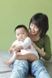 кровать младенца ее мать сидит Стоковое Изображение