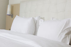 Кровать определенная размер королем в роскошной гостинице Стоковые Фото