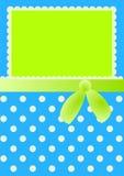Кровать одевает карточку приглашения с смычком и точками Стоковые Фото
