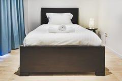 Кровать одиночная с полотенцем стоковые изображения