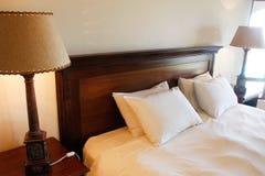 кровать произвела темную двойную руку деревянную Стоковая Фотография RF