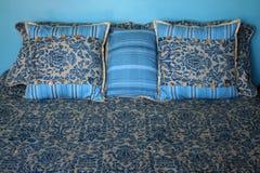 кровать сделала подушки Стоковое Изображение RF