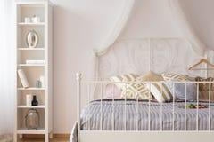 Кровать сени с изголовьем металла Стоковые Фотографии RF