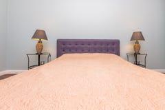 Кровать с 2 лампами Стоковое фото RF