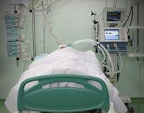 Кровать ICU с пациентом Стоковое фото RF