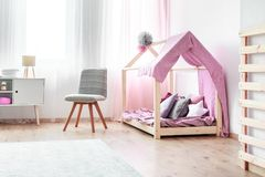 Кровать ` s девушки в интерьере спальни Стоковые Фотографии RF