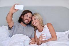 Кровать selfie пар стоковая фотография
