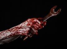 Кровопролитная рука держа большой ключ, кровопролитный ключ, большой ключ, кровопролитную тему, тему хеллоуина, шальной механика, Стоковые Фотографии RF