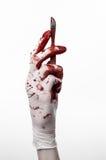 Кровопролитные руки в перчатках с скальпелем, белой изолированной предпосылкой, доктором, убийцей, маниаком Стоковая Фотография RF