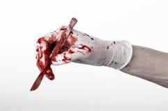 Кровопролитные руки в перчатках с скальпелем, белой изолированной предпосылкой, доктором, убийцей, маниаком Стоковое Фото