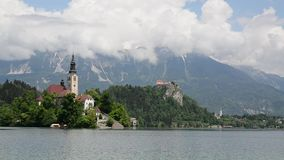Кровоточенный весной Популярное назначение туриста и перемещения Красивое озеро кровоточенное в юлианских Альпах, Словения, верхн сток-видео