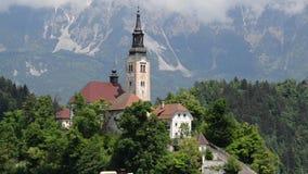 Кровоточенный весной, популярные турист и назначение перемещения Красивое озеро кровоточенное в юлианских Альпах, Словения, верхн видеоматериал