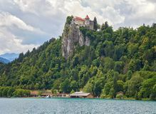Кровоточенный замок на озере Bled в Словении - панораме Стоковая Фотография RF