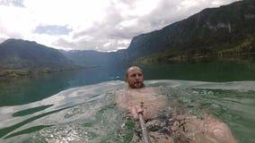 Кровоточенный, Словения плавание человека в озере горы видеоматериал