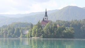 кровоточено выравнивающ отражение Словению средних гор озера острова славное сток-видео