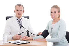 Кровяное давление доктора измеряя пациента в офисе стоковые фотографии rf