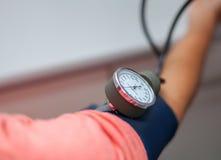 Кровяное давление доктора Checking терпеливого конца вверх стоковая фотография rf