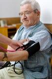 Кровяное давление старшего человека стоковое фото rf
