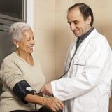 Кровяное давление доктора измеряя Стоковое фото RF